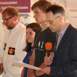 von rechts: Pastor am Koppelsberg Manfred Grosser, Jannis Jakat (FÖJ am Koppelsberg), Lydia Vogler (FÖJ am Koppelsberg) und Landespastor Tilman Lautzas beim Gottesdienst.